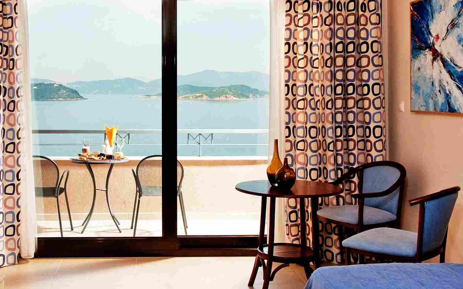http://www.hotelsemiramisischia.it/wp-content/uploads/2016/03/summer-room-05.jpg